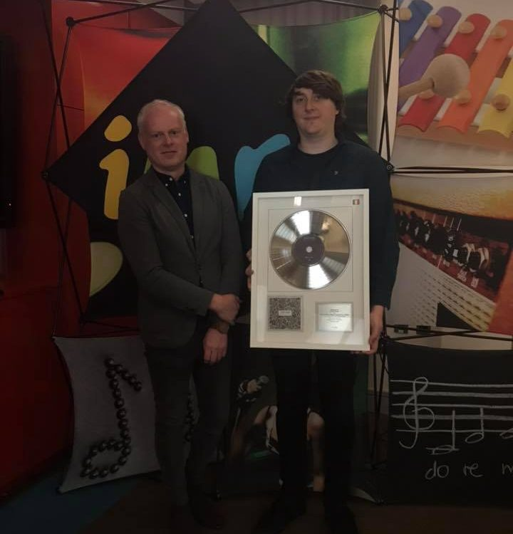 IMRO's Keith Johnson presents award to John Blek